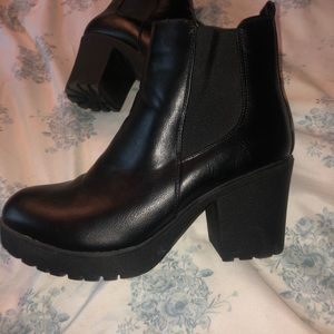 SUPER CUTE CHUNKY VINTAGE ALTERNATIVE BOOTS